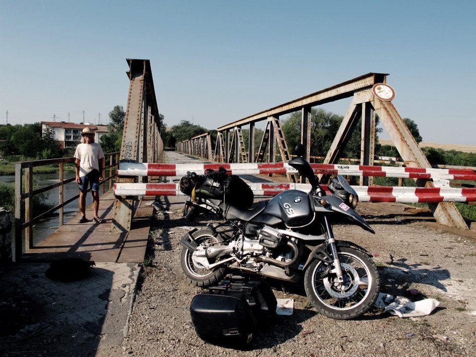 Bosnie, traversée difficile d'un pont