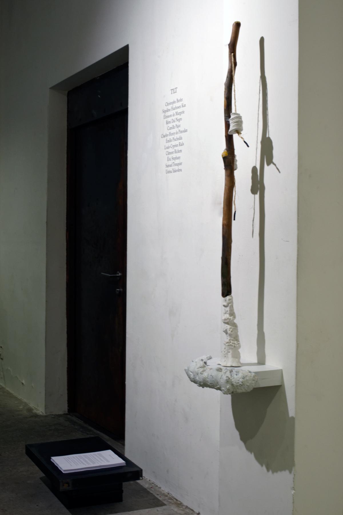 """Emilie Pischedda - de la série de sculptures """"Le Maître et les deux surveillants"""" - Plâtre, bois, cire d'abeille, corde, métal, mousse expansive peinture - dimension variables"""