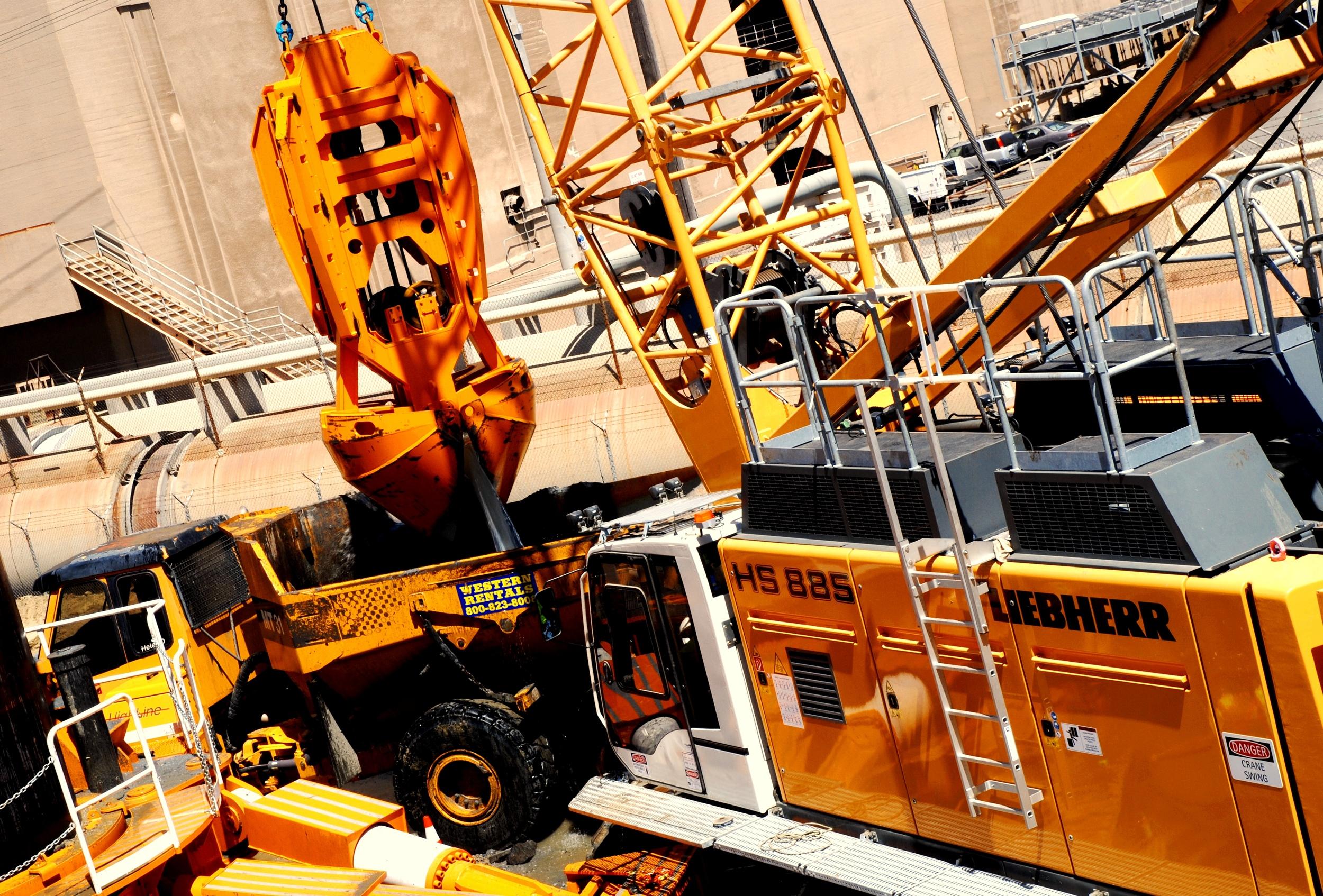 Digging Operations- Liebherr 885 and BUMA Hammer Grab