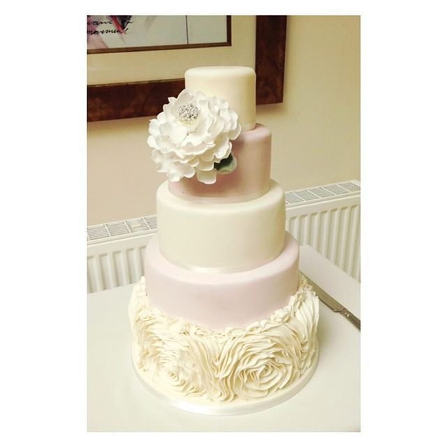 SPECIAL OFFER!!! we are offering a special offer for all wedding cakes. All orders placed before 31st December 2018 will receive a 10% discount on their wedding cake. Please get in touch to arrange your free consultation. #redkitchenbakery #weddingcake #specialoffer #wedding
