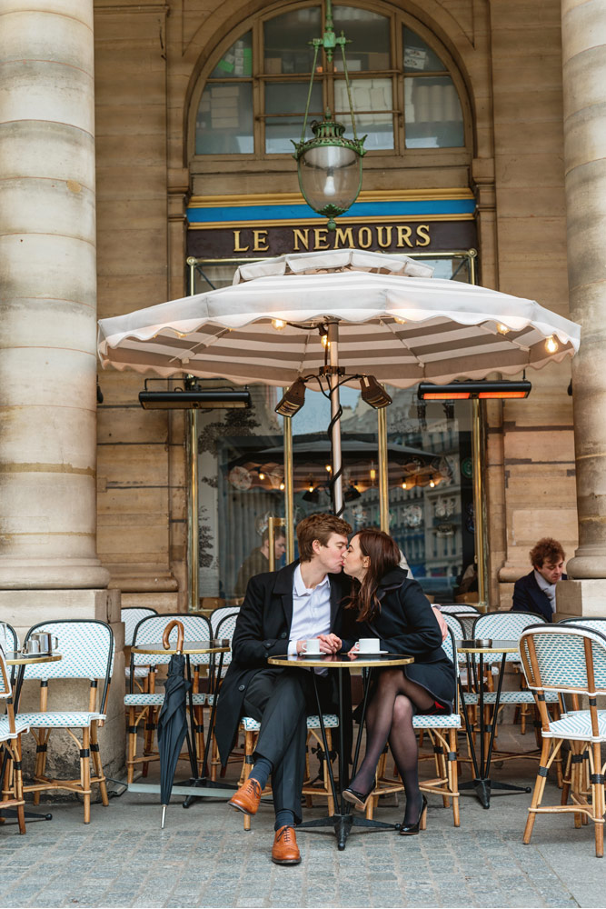Paris-photographer-Paris-for-Two-Christian-Perona-engagement-love-pre-wedding-proposal-Cafe-Le-Nemours-kiss-kissing-capuccino-tradicional-umbrella.jpg