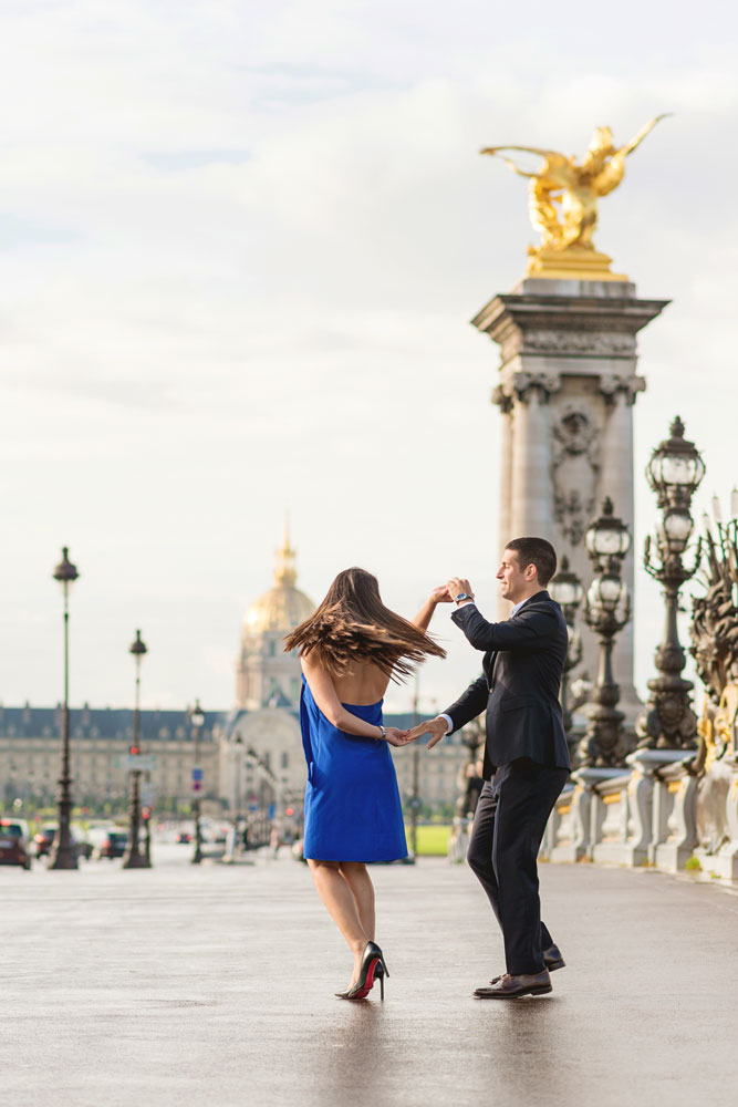 paris-photographer-christian-perona-professional-engagement-proposal-pre-wedding-portrait-seine-Alexandre-III-bridge-golden-statue-dancing-Les-Invalides.jpg