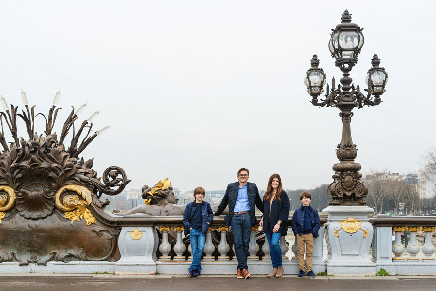 Photographer-Paris-Christian-Perona-wedding-proposal-kiss-love-Seine-quay-Alexander-III-bridge-golden-statue-family.jpg