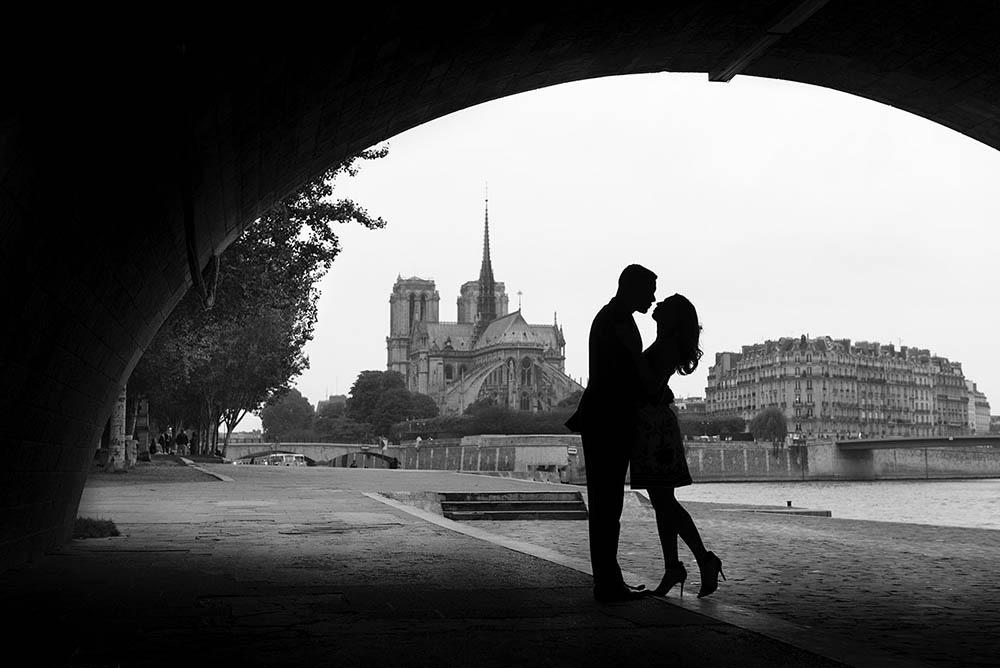 Paris-photographer-Christian-Perona-engagement-she-said-yes-Seine-quay-bridge-Tournelle-love-notredame-cathedral-notre-dame-silhouete-bw.jpg
