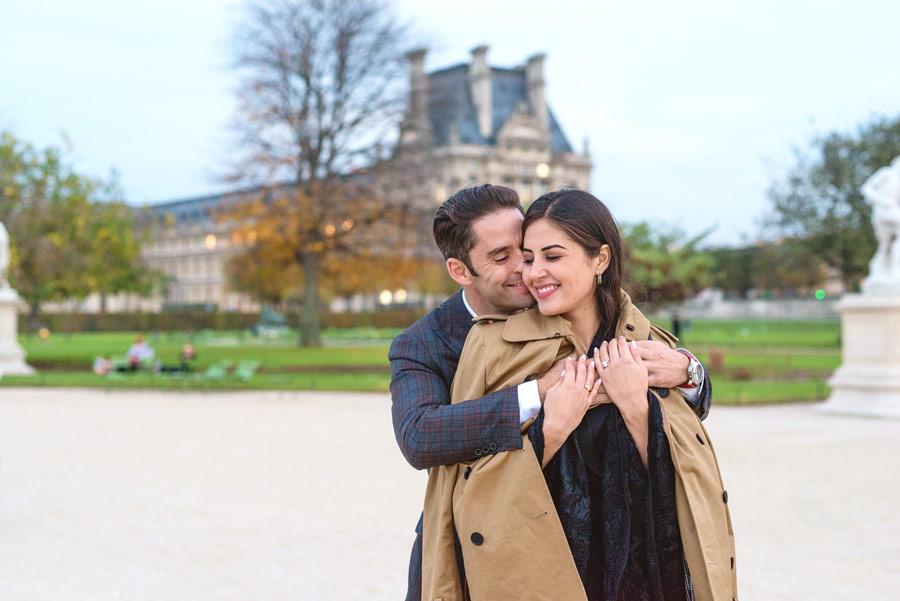 paris-photographer-christian-perona-professional-engagement-proposal-pre-wedding-portrait-tuileries-hugging.jpg