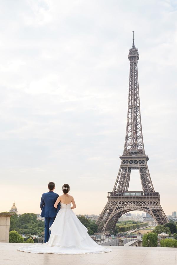 Paris-photographer-Paris-for-Two-Christian-Perona-engagement-love-pre-wedding-proposal-best-sunrise-Trocadero-Eiffel-tower-violin-bride-groom-wedding-dress-2.jpg
