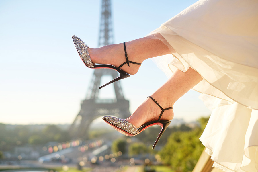 Photographer-Paris-sunrise-Eiffel-tower-Trocadero-Bride-Pre-wedding-shoes.jpg