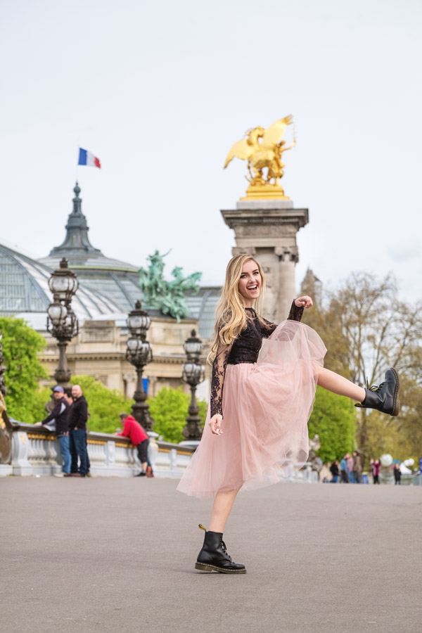 Paris-photographer-Christian-Perona-solo-photoshoot-pont-Alexander-Alexandre-III-bridge-pont-golden-statue-blonde-girl.jpg