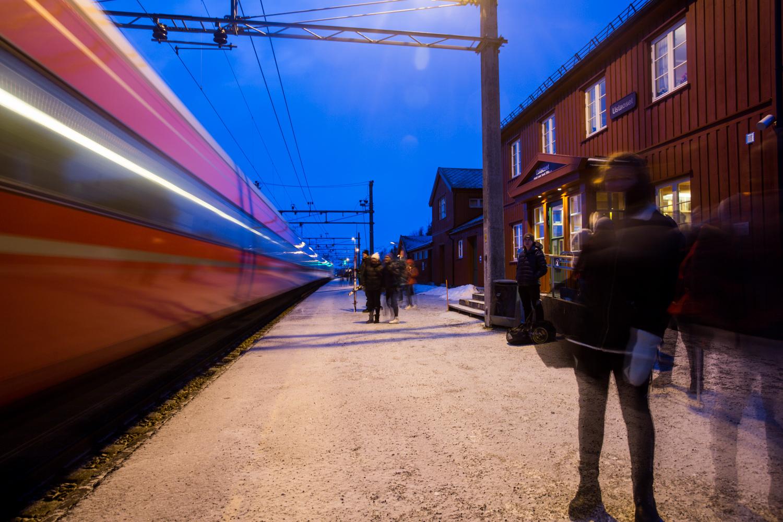 240316_fausko_ustaoset_togstasjon_toget_landskap.jpg