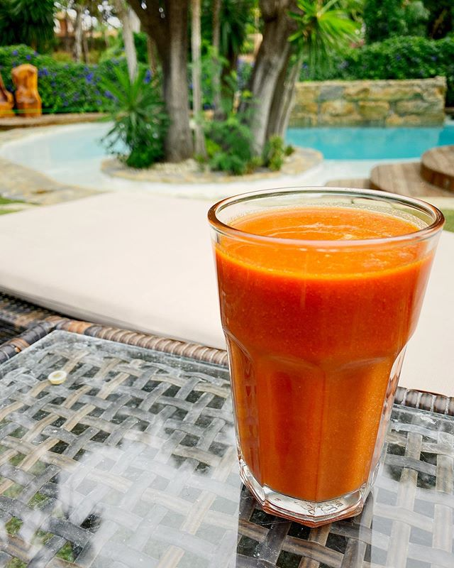 Smoothie by the pool? Yes please.  #smoothie #juice #smoothies #vegan #healthyfood #healthy #smoothietime #breakfast #healthybreakfast #smoothielover