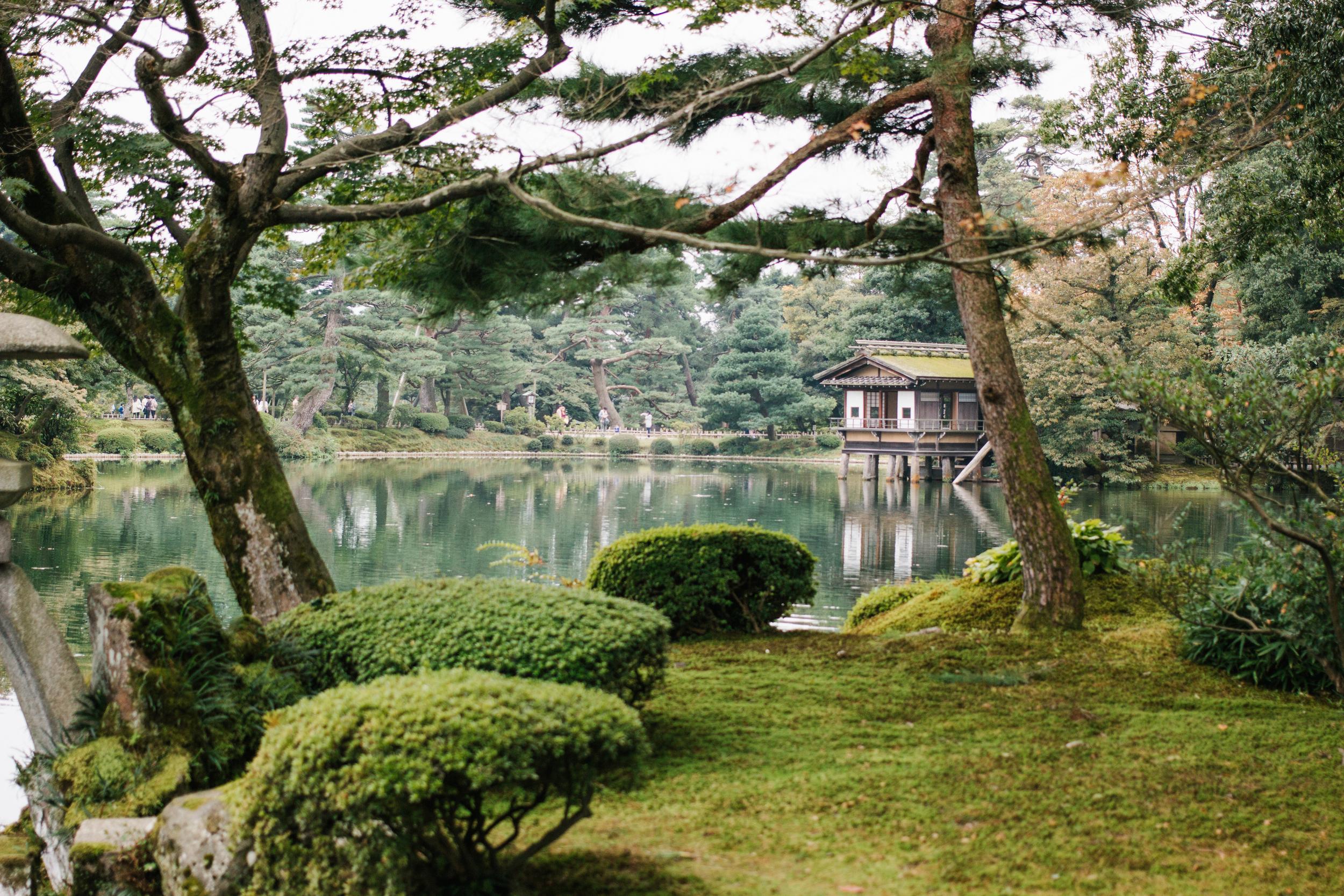 Exploring  兼六園 Kenroku-en Garden  and  金沢城公園 (Kanazawa Castle Park)
