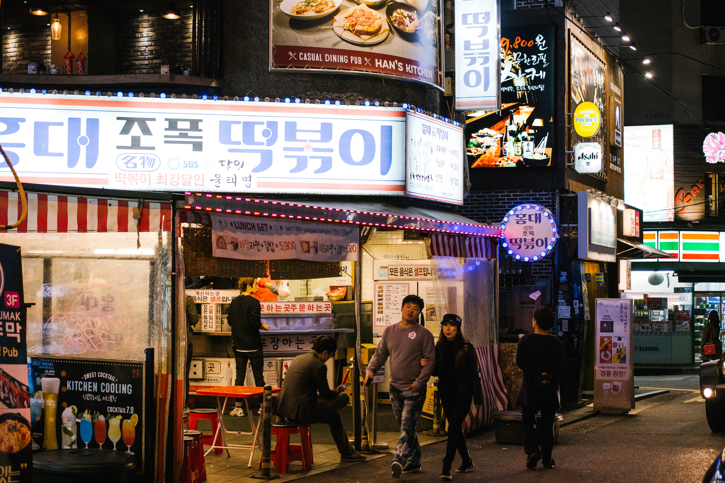 The liveliness of  Hongdae  neighborhood at night