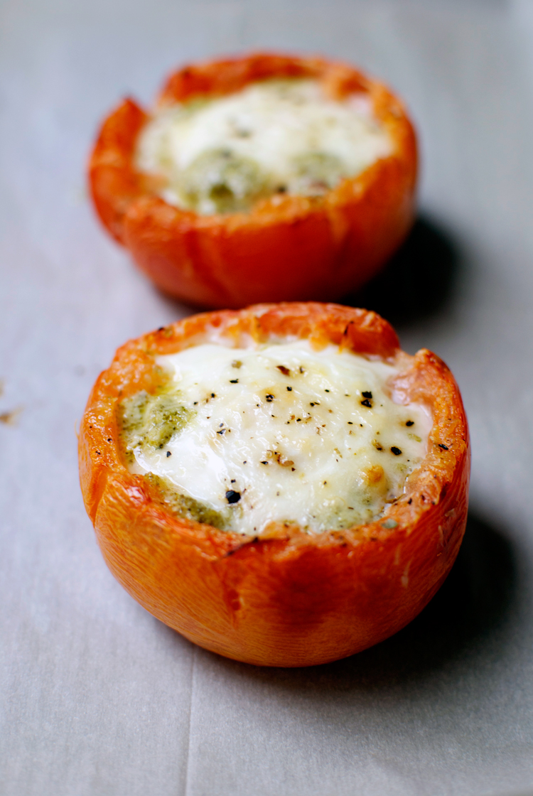 baked-eggs-in-tomatoes