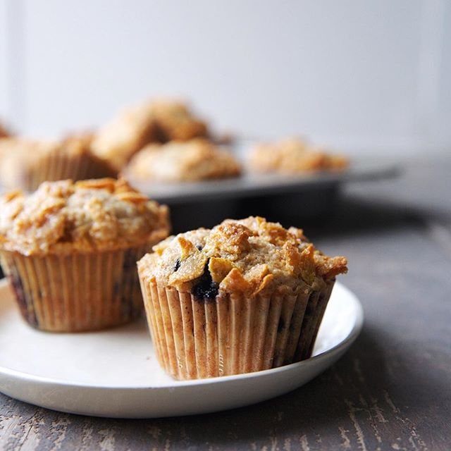 that's a crunchy, buttery, salty-sweet cornflake topping 🙋🏻🙋🏻recipe for blueberry cereal muffins coming next week!
