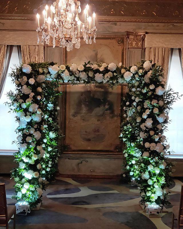 White and greens, classic but fresh 🌿🌱 Planning: @lauraremmert  Venue: @newyorkpalace  #chuppah #nycwedding #nycflorist #simplybeautiful #whiteandgreenwedding #privet #julywedding #blushdesignsNY