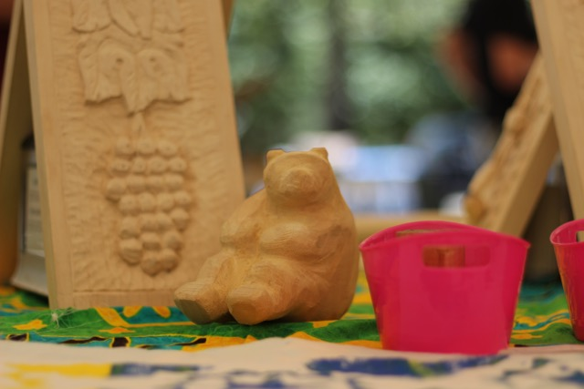 Sandra worked on an Inuit inspired bear carved from Jelutong. The pink buckets contained some woodblocks for printing fabric carved by Doreen. They were soaking in mineral oil to protect them from the ink. They were carved from end grain maple and Doreen was able to get some fine detail.