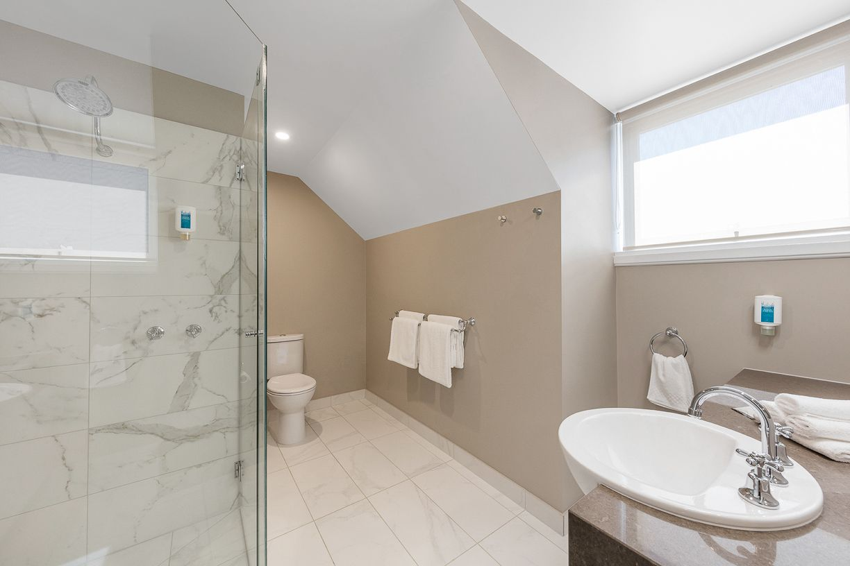 best-western-olde-maritime-warrnambool-hotel-motel-accommodation-luxury-heritage-mezzanine-room-bathroom.jpg