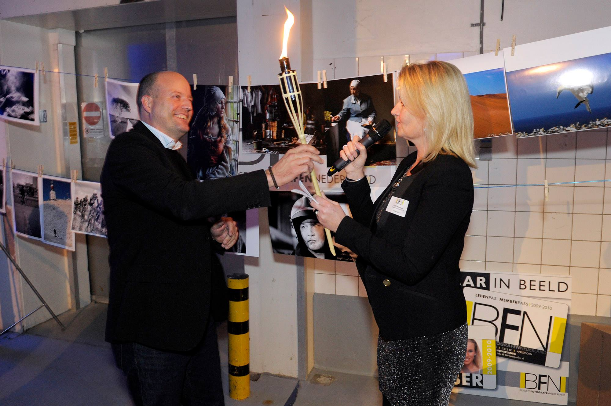 BFN voorzitter Judith Keessen draagt de fakkel over aan Lars Boering directeur van de DuPho en voorheen Fotografenfederatie. foto's BFN Slotavond: Lens de Graaf