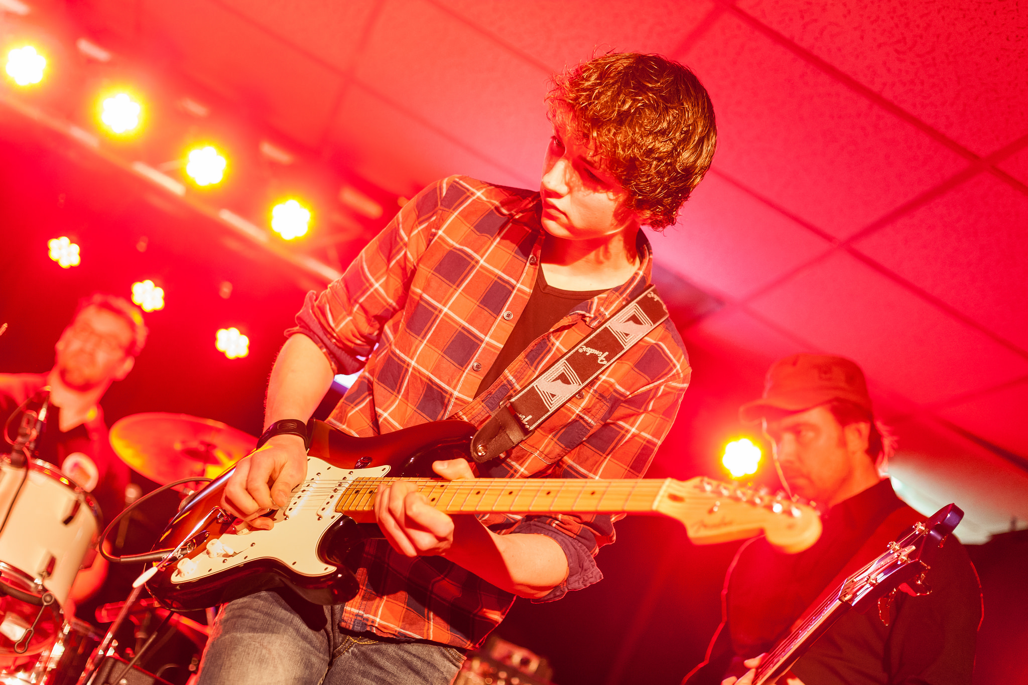 Tom Veltien in actie op het 'In The Attic' live music festival in Café Restaurant Marktzicht Heino.