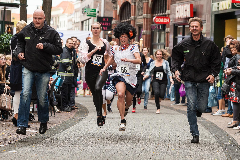 De snelste vrouw en overall-winnaar op weg naar de finish.