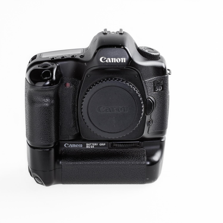 De eerste Canon 5D met 12.8 MP full frame sensor met ongeveer 100.000 'actuations' en een spiegelsysteem dat onder garantie vervangen is. Gekocht bij ApertureUK aan de Museum St. in London (een bezoekje waard).