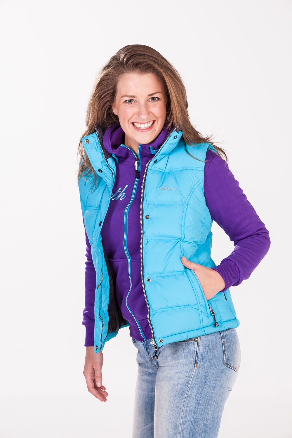 Kledingfotografie op model in de fotostudio voor Kjelvik Outdoor Clothing
