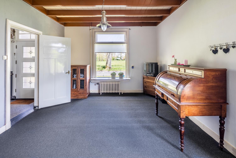 Werkkamer met vrij uitzicht aan 2 zijden. Met wastafel en ingebouwde kast. Eventueel geschikt als slaapkamer