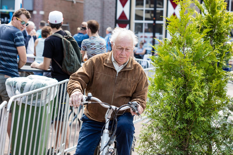 Deze man was een beetje verrast door alle obstacles midden op straat