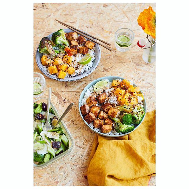 Une de mes recettes préférées de mon prochain livre sur le #batchcooking 😍  Riz semi complet, tofu mariné à la purée d'amande et à la sauce soja, brocoli croquants grillés et mangue. Servie avec une salade de céleri, parmesan et dates 💛