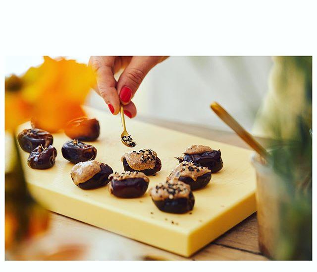 Encore une recette incroyable 😍 Et super facile! Dattes fourrées à la purée d'amande et garnies de graines de sésame, un délice absolu ❤️