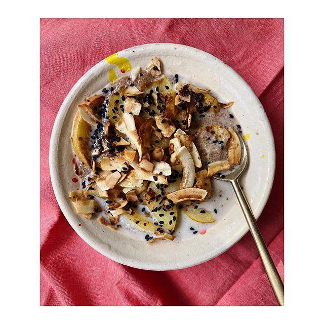 Porridge de millet, lait d'avoine, pommes, noix de coco et sésame noir 🥣🍎