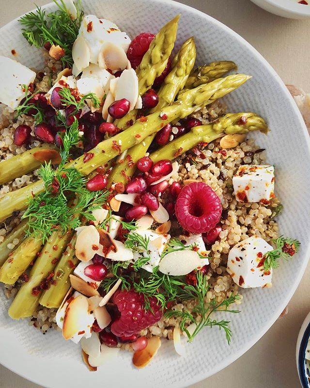Buddha bowl with quinoa, feta cubes, asparagus, toasted almonds, pomegranate seed, raspberries and dill ❤️