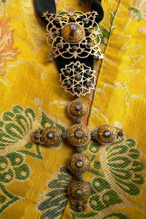 Maintenon cross on silk caraco , beginning of 18th century,Photo Credit: Fragonard