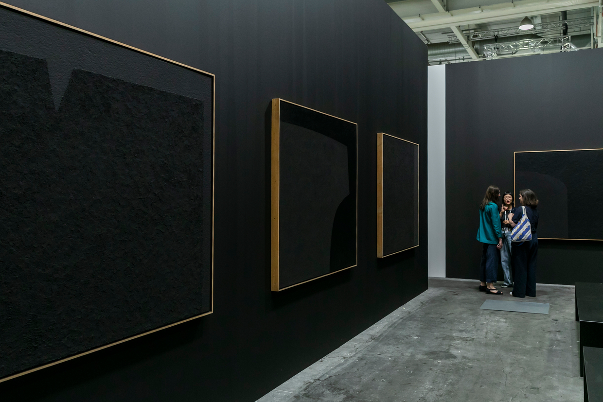 Alberto Burri,  Nero Cellotex,  1975 - 1987, on display at Luxembourg & Dayan, Art Basel   Unlimited 2108. ⓒ Art Basel Acrylic and vinavil on celotex