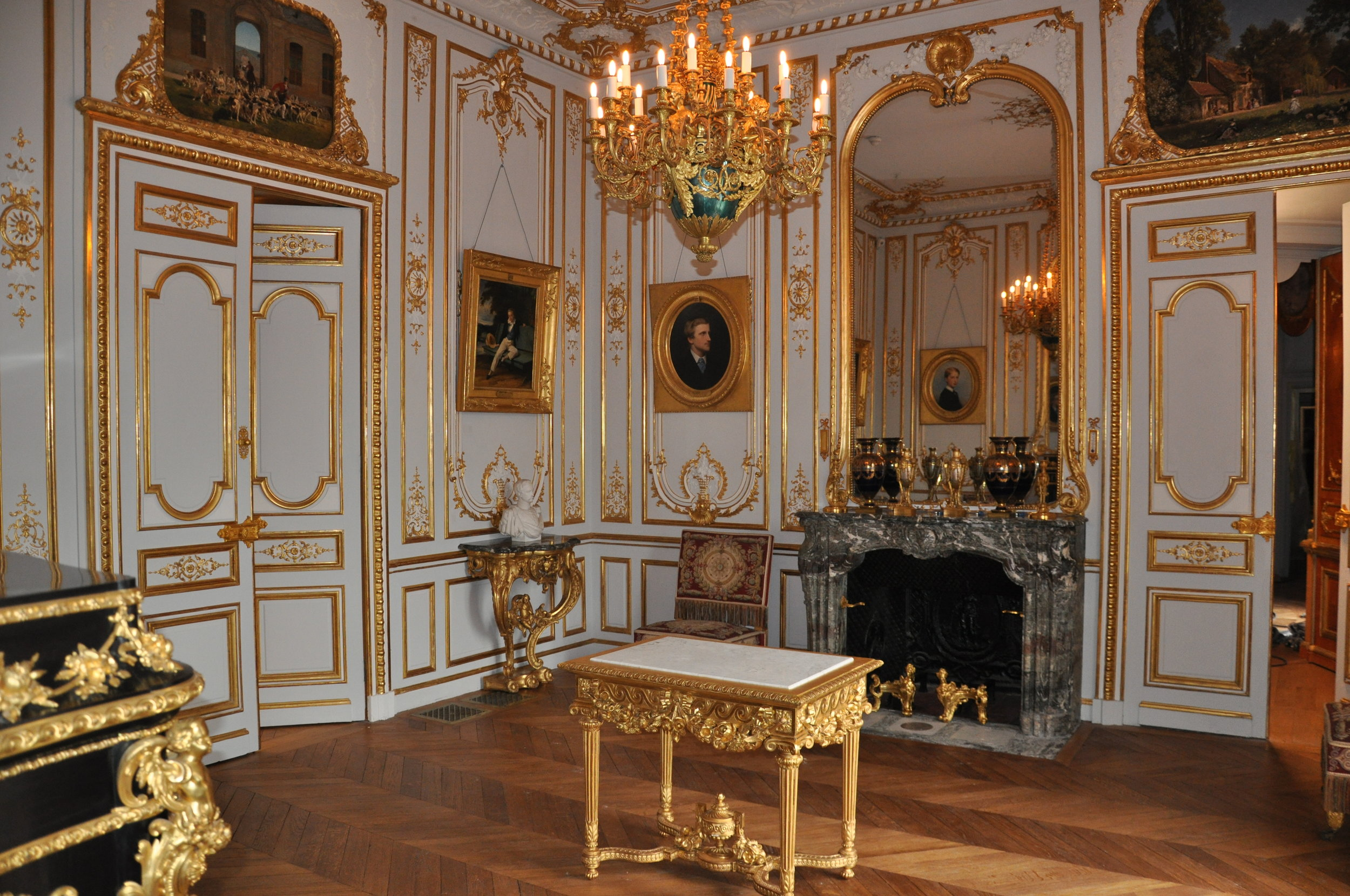 The Salon de Guise © Grand Palais Domaine de Chantilly Also called the ' Salon des Dames ' (Ladies' Salon), this antechamber was renamed ' Salon de Guise ' in memory of the youngest son of the ducal couple, François of Orléans, Duke of Guise, who died in 1872. Combining the Louis XV and Louis XVI styles, the woodworks had been inspired by those of the Grand Apartments.