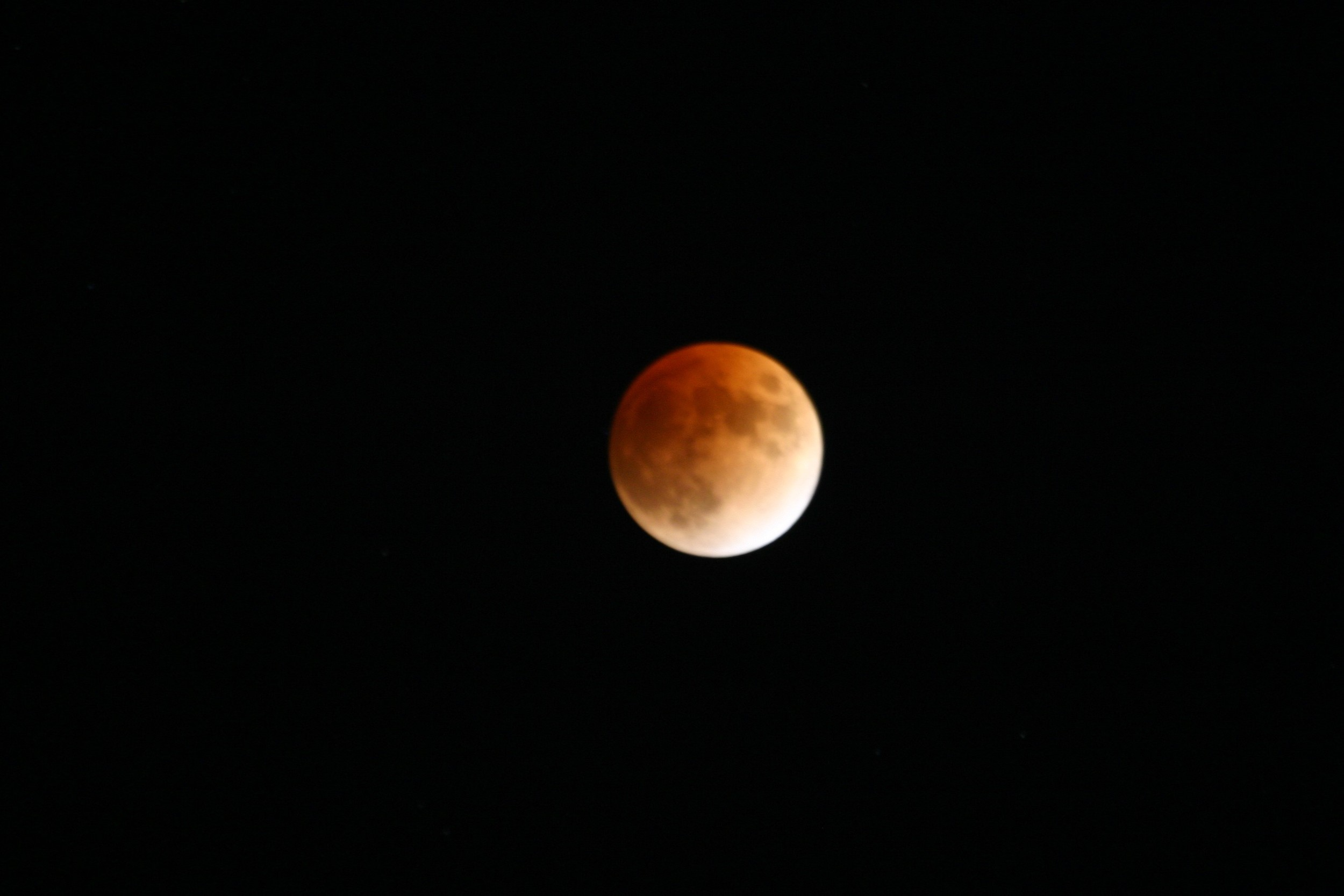 Total lunar eclipse of February 21, 2008 photographed with a 400 mm lens