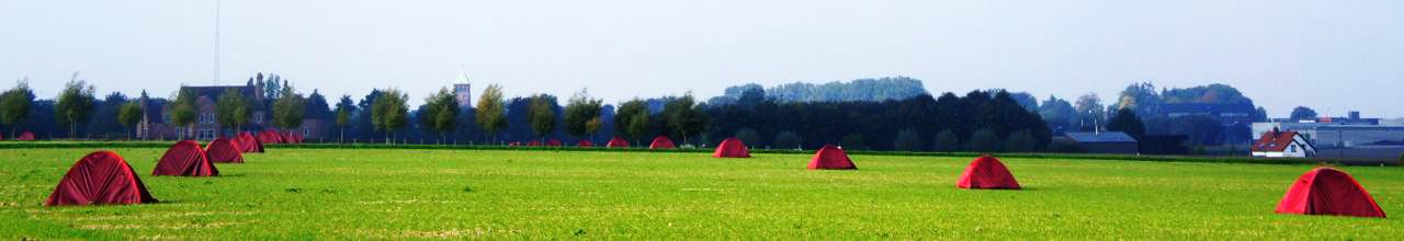 """""""tentes nomades"""" : installation 'in situ' linéaire bidirectionnelle de deux hectares sur les deux flancs de la colline 'zilverberg' par denis dujardin #be // éclairage de nuit par darlin valcke #be"""