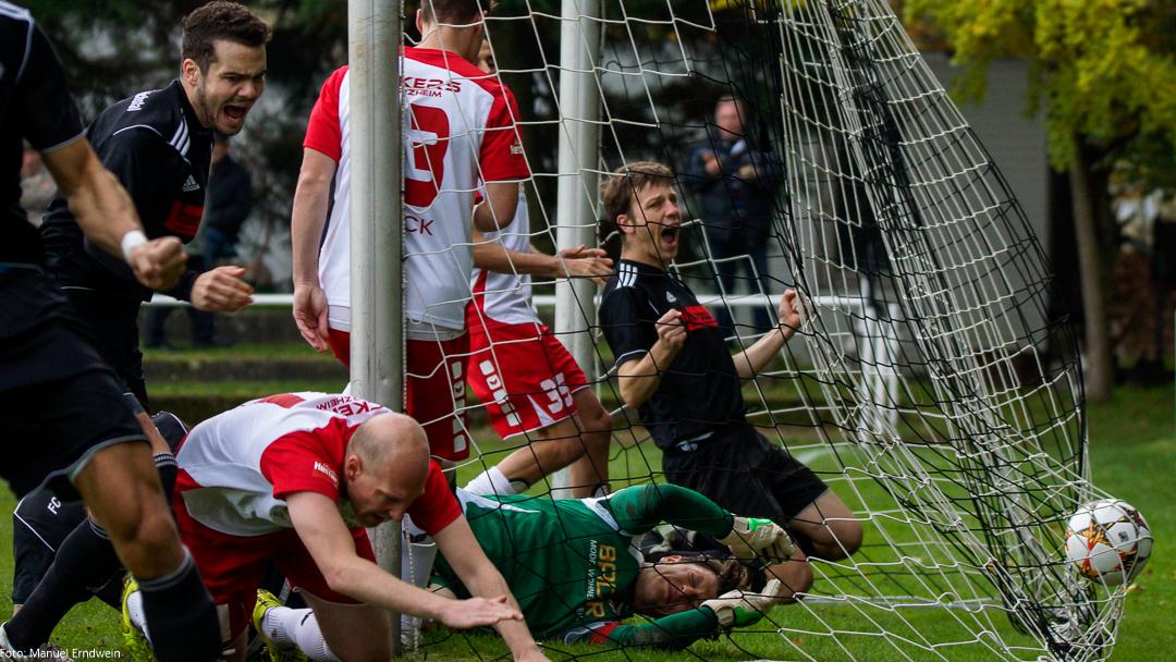 Das frühe 1:0 durch Florian Henk (links) in der 2. Spielminute. (c) Sportfoto EMANUEL