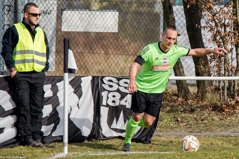 Mario Pavkovic (re.) beim Eckball vor dem Gästeblock der Ulmer Anhänger