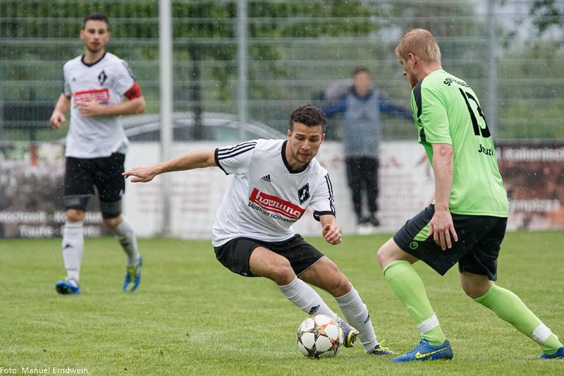 Der FC Germania Friedrichstal - hier im Bild David Baumgärtner (rechts) und Tim Baumgärtner (links) - hatte zu wenig entgegenzusetzen und war am Ende chancenlos gegen den SGV Freiberg (im Bild Demir Januzi)