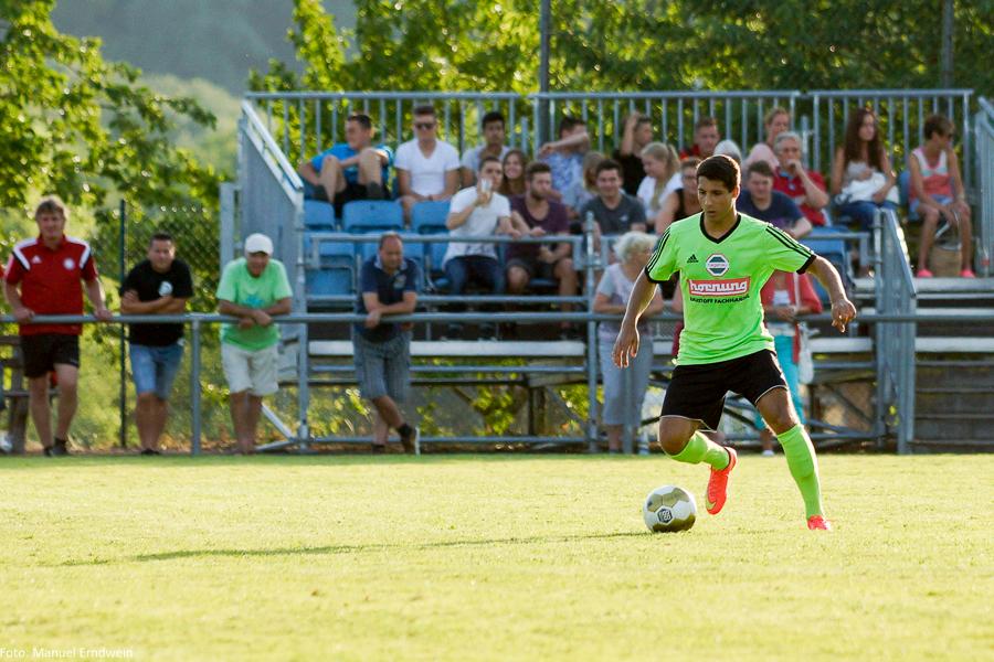 Neuzugang Nadim Ködel vom FC Neureut vor der Kulisse in Berghausen