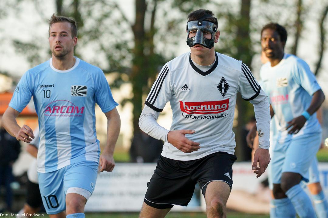 Patrick Rödling (mitte) spielte erneut mit Gesichtsmaske nach seinem Nasenbeinbruch; links der Villinger Benedikt Haibt (#10), im Hintergrund Omar Jatta (#9)