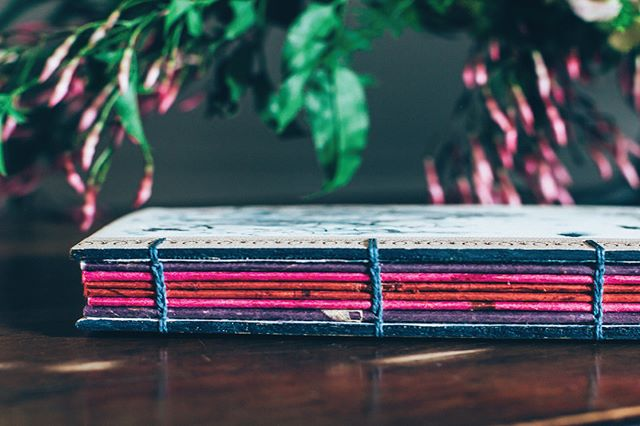 💙💜📕💜💙 What would you use this blank book with an ombré spine for? I made it for a wedding photo shoot and found it laying about while cleaning the studio. There are some floral embedded pages scattered throughout and the spine reminds me of berries, so a gardening journal comes to mind 🍒🍇🍓🌺🌱 #bookbinding #bibliophile