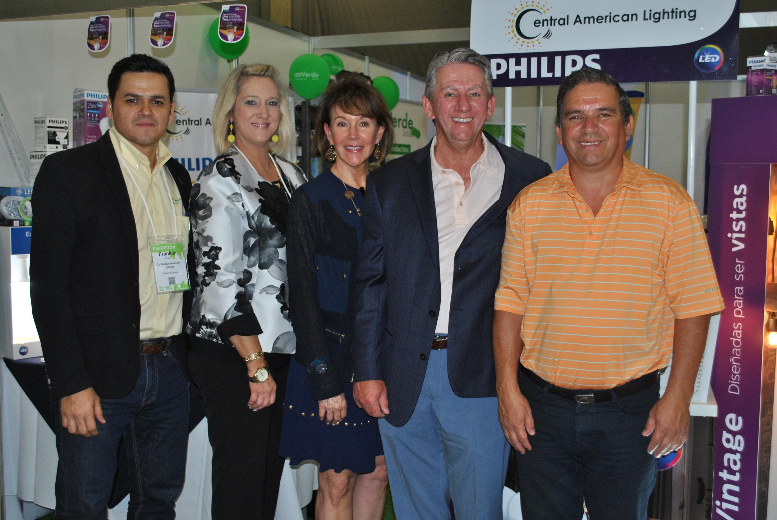 El equipo de Central American Lighting: Franklin Chacón, Gerente General; Leah Ray, Vicepresidente; Julie Bailey, Co-propietaria; David Bailey, Presidente; Marvin Rivera, Gerente Comercial.