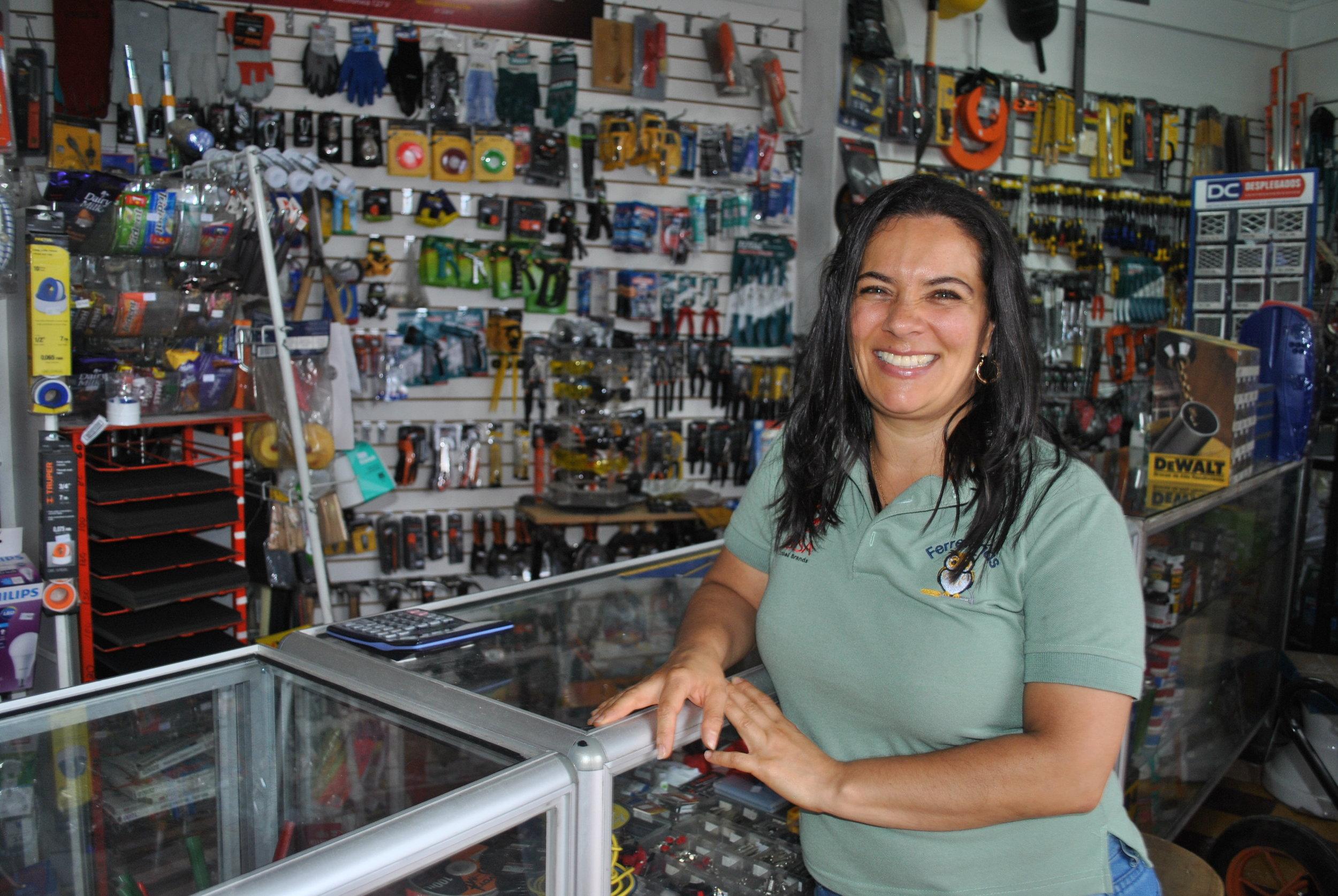 Hazel Ángulo, Propietaria de Ferretería Luján, dice que en ferretería siempre hay algo nuevo que aprender