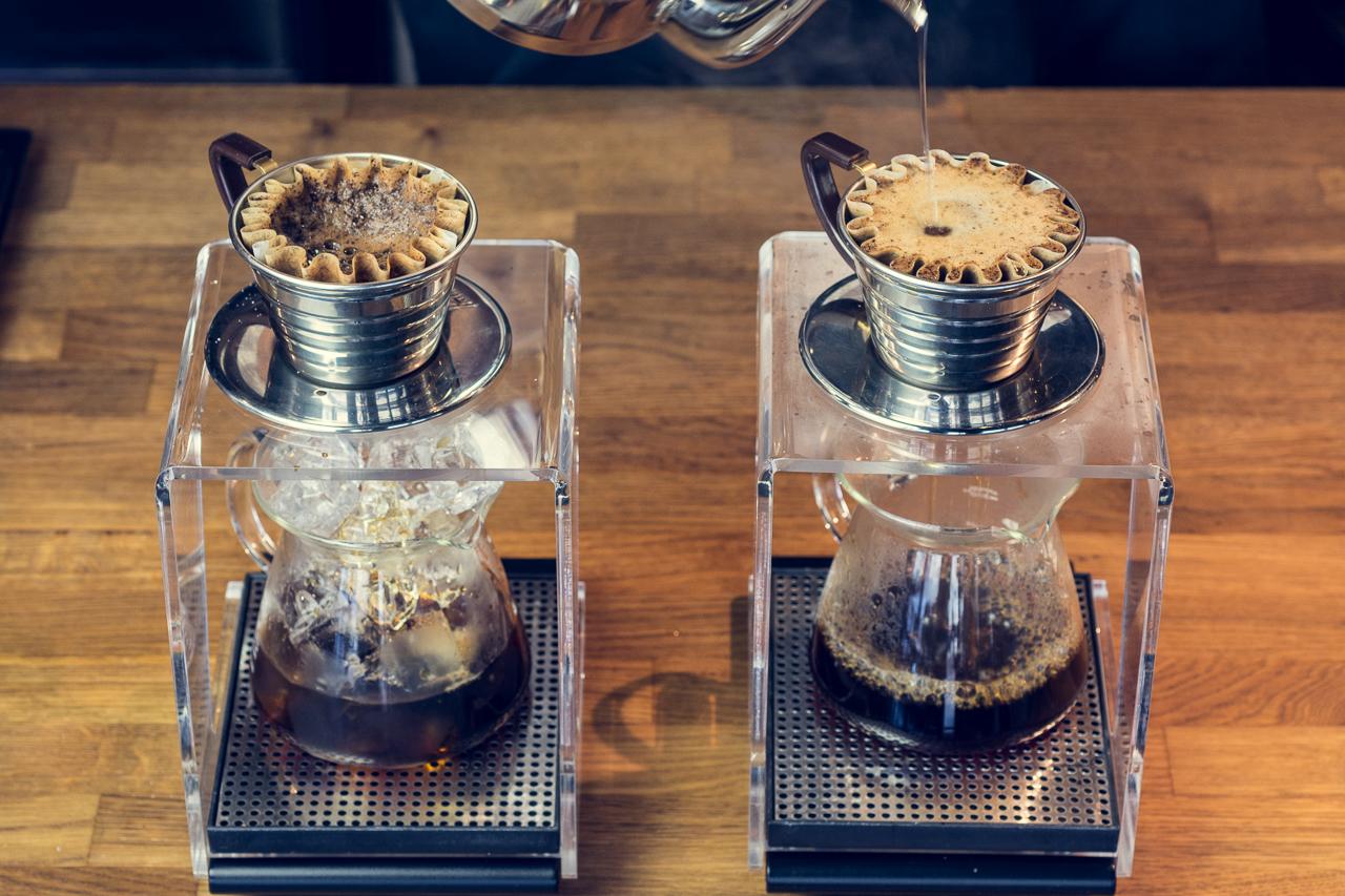 Her brygger vi iskaffe (til venstre) og varm kaffe (til høyre). Foto: Bjørn Joachimsen/Lundblad.