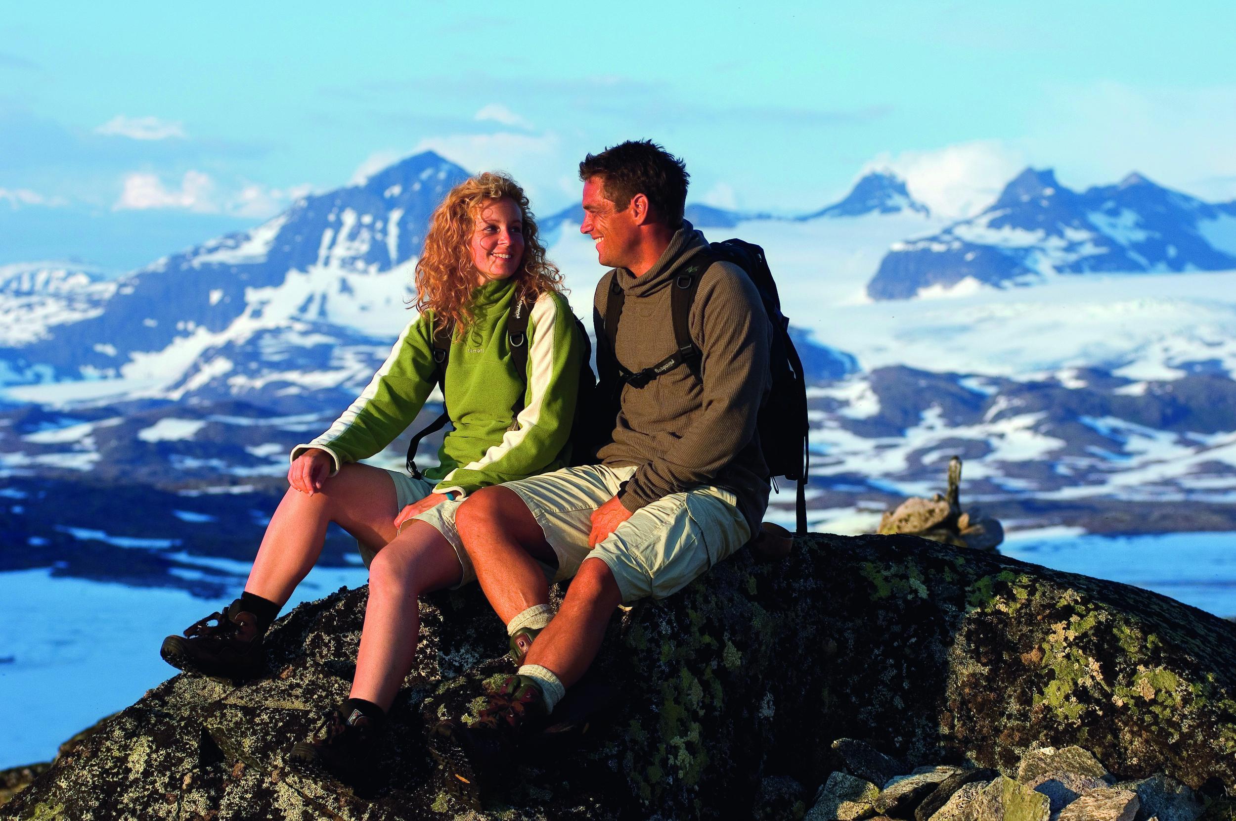 Jotunheimen-couple-enjoying-the-view-fn668chm-1024.jpg