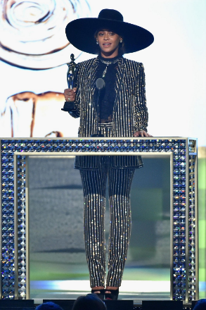 Beyonce accepts the Fashion Icon award at this years awards ceremony.
