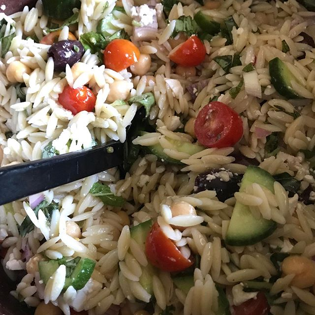Mediterranean orzo #salad with mint, basil, cherry tomatoes, feta, cucumber, garbanzos, kalamata olives & red onion — topped off with a red wine vinegar, honey, lemon juice vinaigrette! #lunchforaweek #eatyourveggies #summer #freshfood