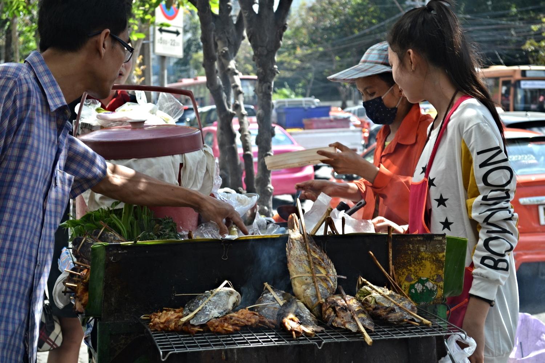 A Sameea lookalike serves fresh fish on the streets of Bangkok!